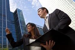 Zwischen verschiedenen Rassen Mann und Frau-Geschäfts-Team in der Stadt Lizenzfreie Stockfotografie
