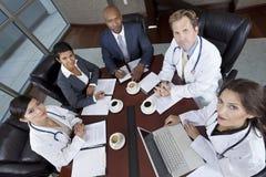 Zwischen verschiedenen Rassen medizinische Geschäfts-Team-Sitzung Lizenzfreies Stockbild