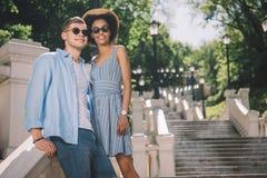 zwischen verschiedenen Rassen stilvolle Paare in der Sonnenbrillestellung stockfotos