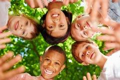 Zwischen verschiedenen Rassen Team von Kindern stockfoto