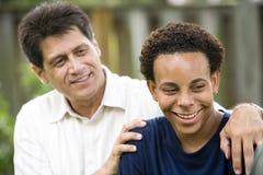 Zwischen verschiedenen Rassen Vater und Sohn stockbild