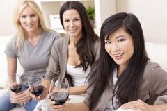 Zwischen verschiedenen Rassen von den Gruppen-Frauen-Freunden, die Wein trinken Lizenzfreie Stockfotografie