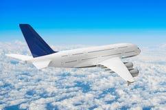 Zwischenlagen-Flugzeugfliege des Passagiers enorme über Wolken und blauem Himmel stockfoto