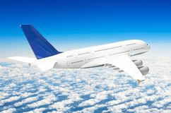 Zwischenlagen-Flugzeugfliege des Passagiers enorme über Wolken und blauem Himmel lizenzfreies stockbild