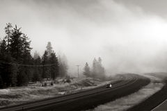 Zwischenstaatlich im Nebel Stockfotografie