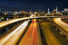 Zwischenstaatliche Autobahn-Licht-Spuren durch Portland an der blauen Stunde lizenzfreies stockbild