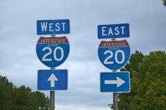 Zwischenstaatliche 20 Landstraßen-Zeichen gehender Osten und Westen in Südost-USA und in Georgia Stockfotos