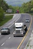 Zwischenstaatlicher Verkehr mit großen LKWs Stockfotografie