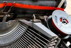 Zwitka czerwieni i czerni faborek stary maszyna do pisania 2 obrazy stock