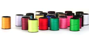 Zwitki z kolorowymi niciami Zdjęcie Stock