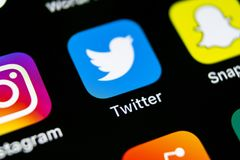 Zwitschern Sie Anwendungsikone auf Apple-iPhone X Smartphone-Schirmnahaufnahme Twitter-APP-Ikone Social Media-Ikone Dieses ist ei Stockfoto