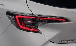 Zwitserland; Genève; 9 maart, 2019; Dichte omhooggaand van Toyota Corolla-stoplicht; De 89ste Internationale Motorshow in Genève  stock afbeelding