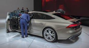 Zwitserland; Genève; 8 maart, 2018; Het Gastheermeisje die Audi A tonen royalty-vrije stock afbeelding