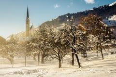 Zwitsers bergdorp van Scuol in de winter met sneeuw royalty-vrije stock fotografie