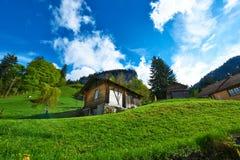 Zwitsers chalet bij Alpen stock afbeeldingen