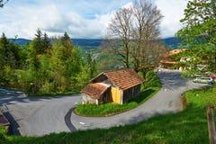 Zwitsers chalet bij Alpen royalty-vrije stock afbeeldingen