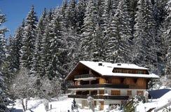 Zwitsers chalet in de winter stock afbeelding