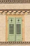 Zwitsers chalet met bruine dakspanen en groene vensterblinden royalty-vrije stock afbeeldingen