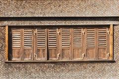 Zwitsers chalet met bruine dakspanen en vensterblinden royalty-vrije stock afbeeldingen