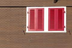 Zwitsers chalet met rode vensterblinden royalty-vrije stock foto