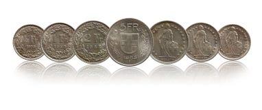 Zwitsers die de muntstukkenzilver van Zwitserland op witte achtergrond wordt geïsoleerd stock foto's