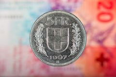 5 Zwitsers Franc Coin met 20 Zwitsers Franc Bill als Achtergrond Stock Foto's