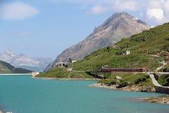 Zwitsers Spoor bij Bernina-Pas in Zwitserland Stock Foto's