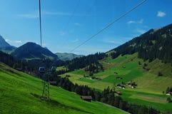 Zwitserse Alpen: De kabelwagen van Silleren in Adelboden in Bernes Oberland stock afbeelding