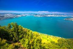 Zwitserse Alpen dichtbij Burgenstock met de mening van de berg van Vierwaldstattersee en Pilatus-, Zwitserland, Europa stock foto's