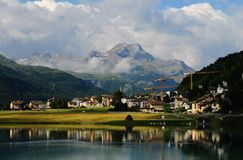 Zwitserse alpen: Het gletsjermeer Silvaplana is paradies voor kitesurfer stock afbeeldingen