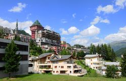 Zwitserse alpen: Het legendarische Badrutt-paleishotel in St Moritz stock foto's