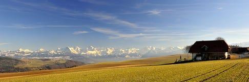 Zwitserse alpen met boerderij die van Zimmerwald wordt gezien Royalty-vrije Stock Foto
