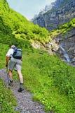 Zwitserse alpiene wandeling stock foto