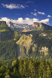 Zwitserse berg met blauwe hemel Royalty-vrije Stock Foto's