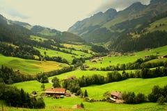 Zwitserse bergchalets Stock Foto's