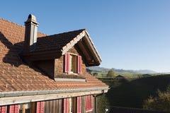 Zwitserse Chalet Zolderbuitenkant: Dak en Venster royalty-vrije stock fotografie