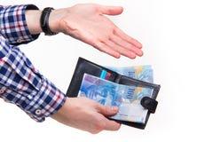 Zwitserse franken die met portefeuille betalen Stock Foto