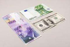 Zwitserse franken, dollars en euro Stock Foto's