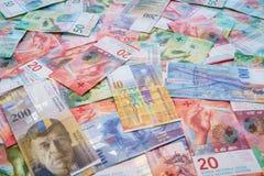 Zwitserse Franken met Nieuwe twintig vijftig Zwitserse Frankrekeningen Stock Afbeelding
