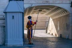 Zwitserse gardesoldaat die zich in de wacht bevinden Vatikaan, Rome, Italië royalty-vrije stock afbeeldingen