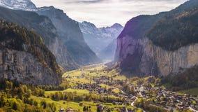 Zwitserse het Dorpswaterval Lauterbrunnen Zwitserland Lucht4k van de Bergvlieg stock footage
