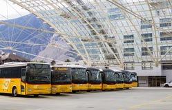 Zwitserse Postbussen bij het busstation van Chur stock foto
