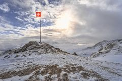 Zwitserse vlag bij sneeuw royalty-vrije stock foto
