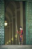 Zwitserse Wacht in een Gang van Vatikaan. Royalty-vrije Stock Afbeelding