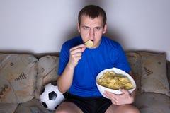 Zwolennik w jednolitym dopatrywanie futbolu na tv Obraz Royalty Free