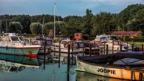ZWOLLE, holandie - CZERWIEC 2018: Marina w Zwolle blisko IJsselmeer, holandie zdjęcie stock