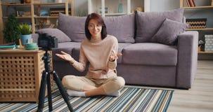Zwolnione tempo śliczny młodej damy vlogger opowiada gestykulujący magnetofonowego wideo w domu zdjęcie wideo