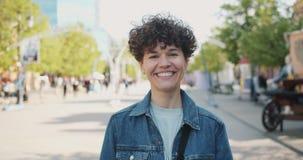 Zwolnione tempo śmia się uśmiecha się atrakcyjna dziewczyna outdoors patrzejący kamerę zdjęcie wideo