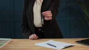 Zwolnione tempo żeński ` s midsection w formalnym kurtki mienia domu wpisuje w ręce i seansie kamera Agent nieruchomości zbiory wideo