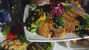 Zwolnione tempo bankiet w luksusowej restauraci z best usługowym i smakowitym jedzeniem zbiory